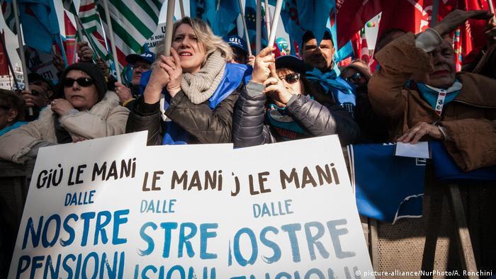 Cartazes em manifestação sindical em Roma: Tirem a mão das nossas aposentadorias