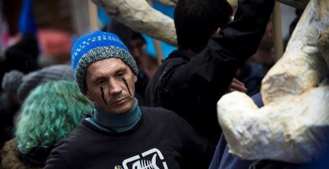 08/12/2019.- Vista de un momento de la manifestación organizada por el movimiento social Extinction Rebellion para concienciar sobre la contaminación de los océanos en las calles de Madrid este domingo. EFE/Luca Piergiovanni