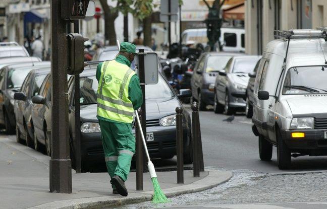 Un employé des services de propreté de la ville de Paris balayant un caniveau dans une rue de la capitale.(Photo illustration)