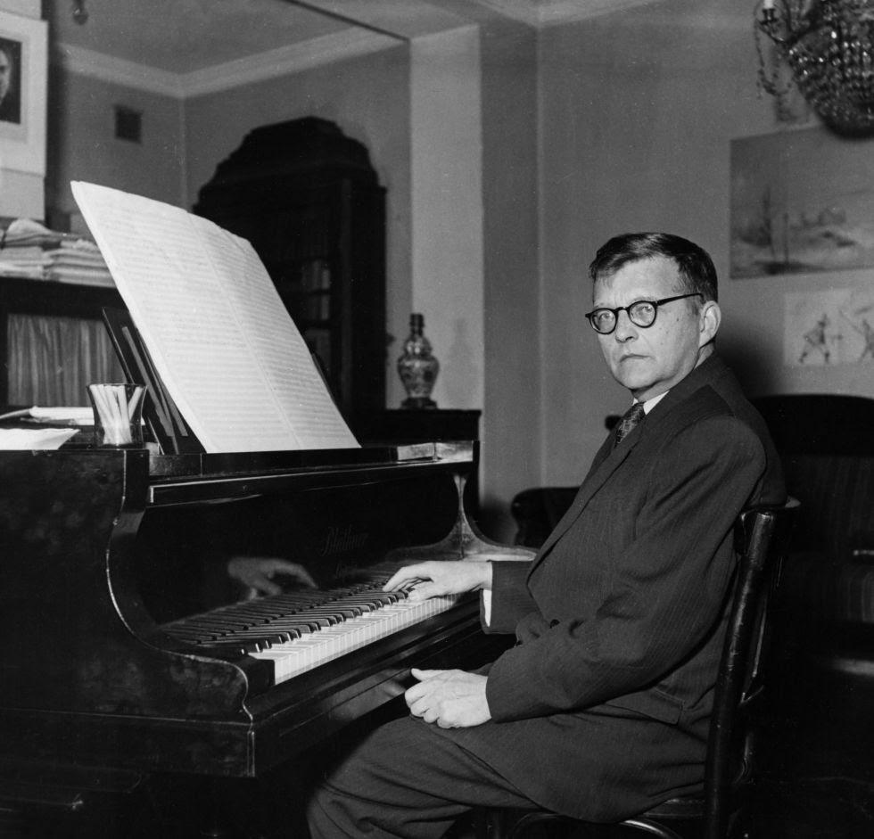 El compositor ruso Dmitri Shostakóvich, al piano en su casa a principios de los años cincuenta.