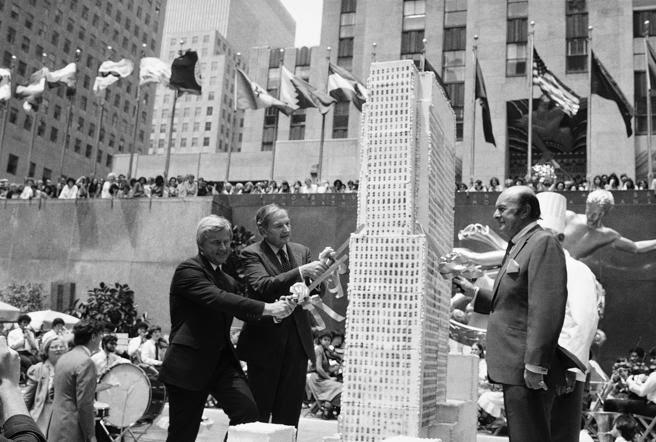 David Rockefeller (segundo por la izquierda), en 1982 ante una réplica del edificio principal del complejo neoyorquino Rockefeller Center. Tras ellos, el famoso Prometeo.