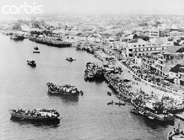 Bến tàu Sông Hàn, Đà Nẵng khi dân chúng ùa nhau lên thuyền để ra khơi ngày 29 tháng 3 năm 1975