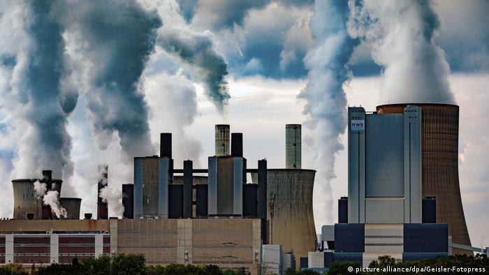 Chaminés de usina emitem fumaça na Alemanha