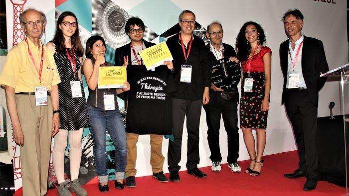 Michel Spiro (gauche) et les lauréats du concours de dessin