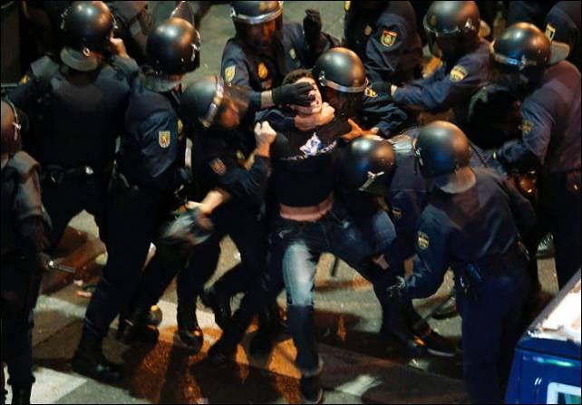 Un joven es detenido por varios agentes el 25-S.- SERGIO PEREZ (REUTERS)