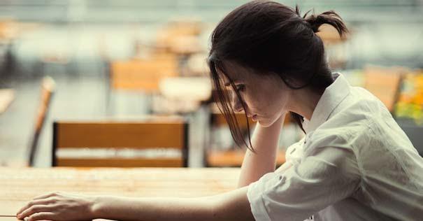 oracion mujer triste frustrada pensando sentada