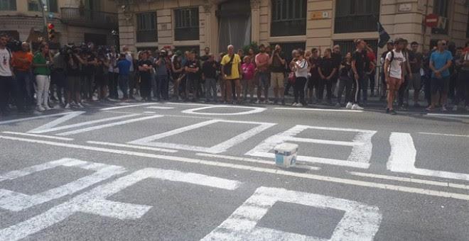 Pintan en la calzada ante la Jefatura de Policía en Barcelona '1-O Ni olvido ni perdón'