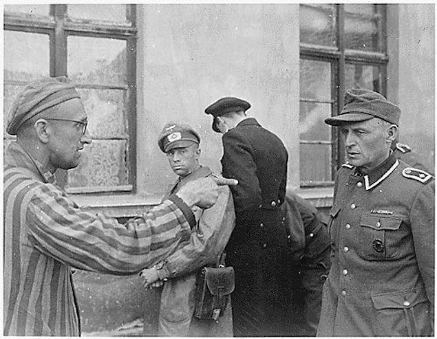 Бывший заключённый указывает на самого жестокого                   надзирателя. Германия. 1945г.