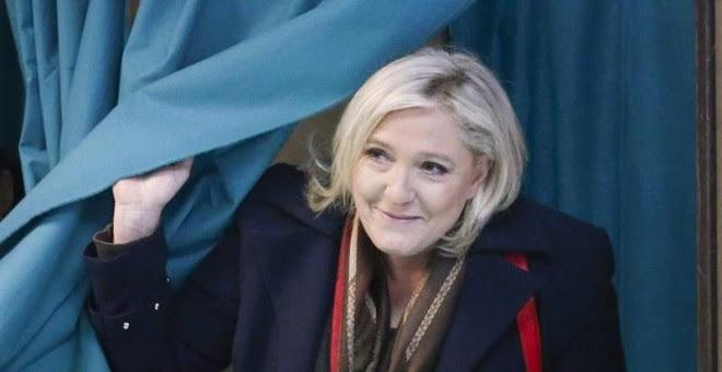 Marine Le Pen, líder del Frente Nacional, votó en un colegio electoral de Henin-Beaumont. / EFE