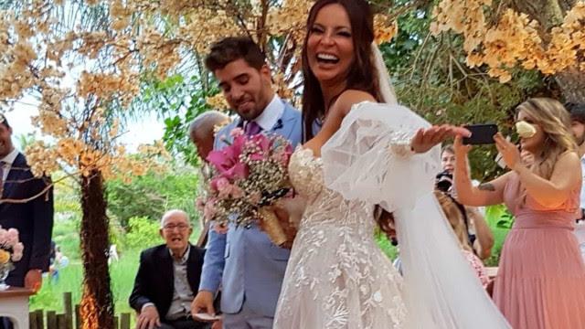 Carol Nakamura se casa com participante do De Férias com o Ex