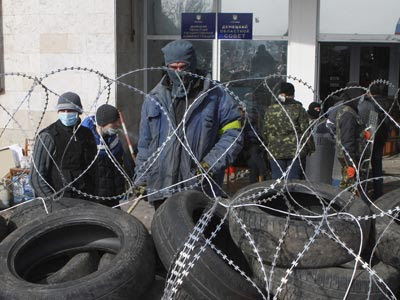 Manifestantes prorrusos levantan una barricada frente a un edificio ocupado de la administración regional en Donetsk