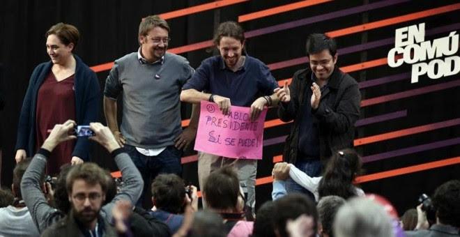 Pablo Iglesias (2d), junto a la alcaldesa de Barcelona, Ada Colau (i); el cabeza de lista por Barcelona Xavier Domenech (2i), y Gerardo Pisarello (d), teniente alcalde de Barcelona, durante el acto central de En Comú Podem. / TONI ALBIR (EFE)