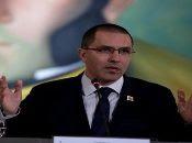 El canciller venezolano anunció que espera conocer información sobre la detención de tres venezolanos en Colombia.