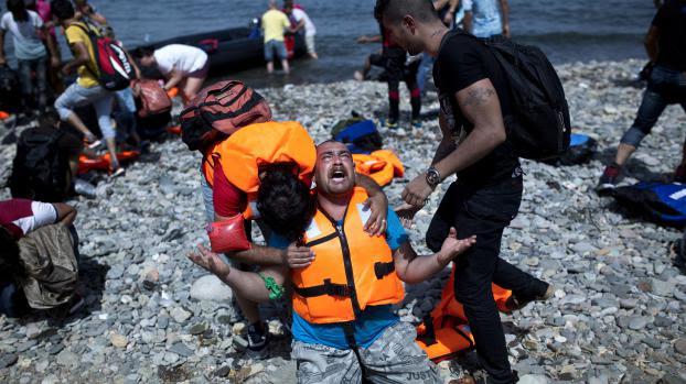 Un migrant syrien arrive sur une plage de l'île grecque de Lesbos, le 7 septembre 2015.