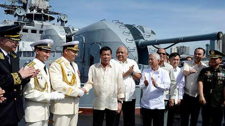 Rodrigo Duterte estrecha la mano al contralmirante ruso Eduard Mijáilov en Manila, Filipinas, el 6 de enero de 2017.