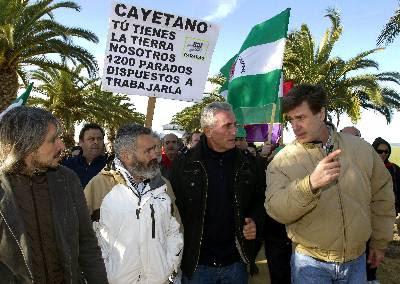 Diego Cañamero y Martínez de Irujo conversan durante un encuentro en 2011 entre el SAT y la Casa de Alba.