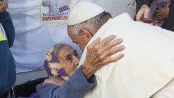 Papa Francisco abraza una anciana durante su viaje apostólico en Ecuador-Bolivia-Paraguay (14/12/2019)