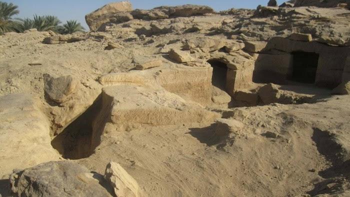 Algunas de las tumbas excavada en la roca encontradas Gebel el Sisila.