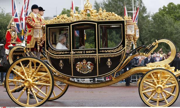 VIDEO. Royaume-Uni : un nouveau carrosse à 3,5 millions d'euros pour la reine