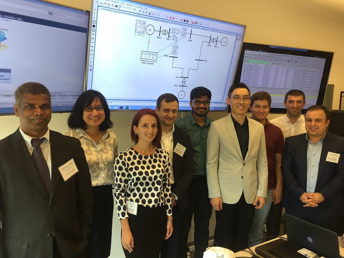 Los estudiantes graduados de la Universidad Estatal de Iowa dirigidos por el Dr. Manimaran Govindarasu participan en una gira de estudios de la USAID junto con los reguladores de la energía.  (Universidad del Estado de Iowa)