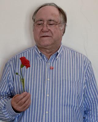 Vasco Lourenço posa con un clavel, símbolo de la revolución que él lideró.