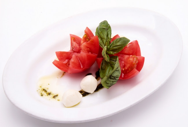 ●萌のトマトとモッツアレラチーズの カプレーゼ 972円(税込)