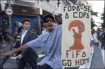 Un joven sostiene una pancarta contra la FIFA en Sao Paulo.