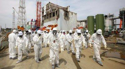 fukushima workers2 400x223 - Japon tardara 200 años en solucionar el problema de Fukushima