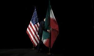 Bandera estadounidense junto a la bandera iraní. / Reuters