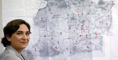 Ada Colau, la cabeza de lista de Barcelona en Comu, posa en la sede de la formación junto a un plano de la Ciudad Condal. REUTERS/Albert Gea