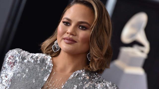 Chrissy Teigen, esposa de John Legend, diz que confundiu Michael Keaton com garçom