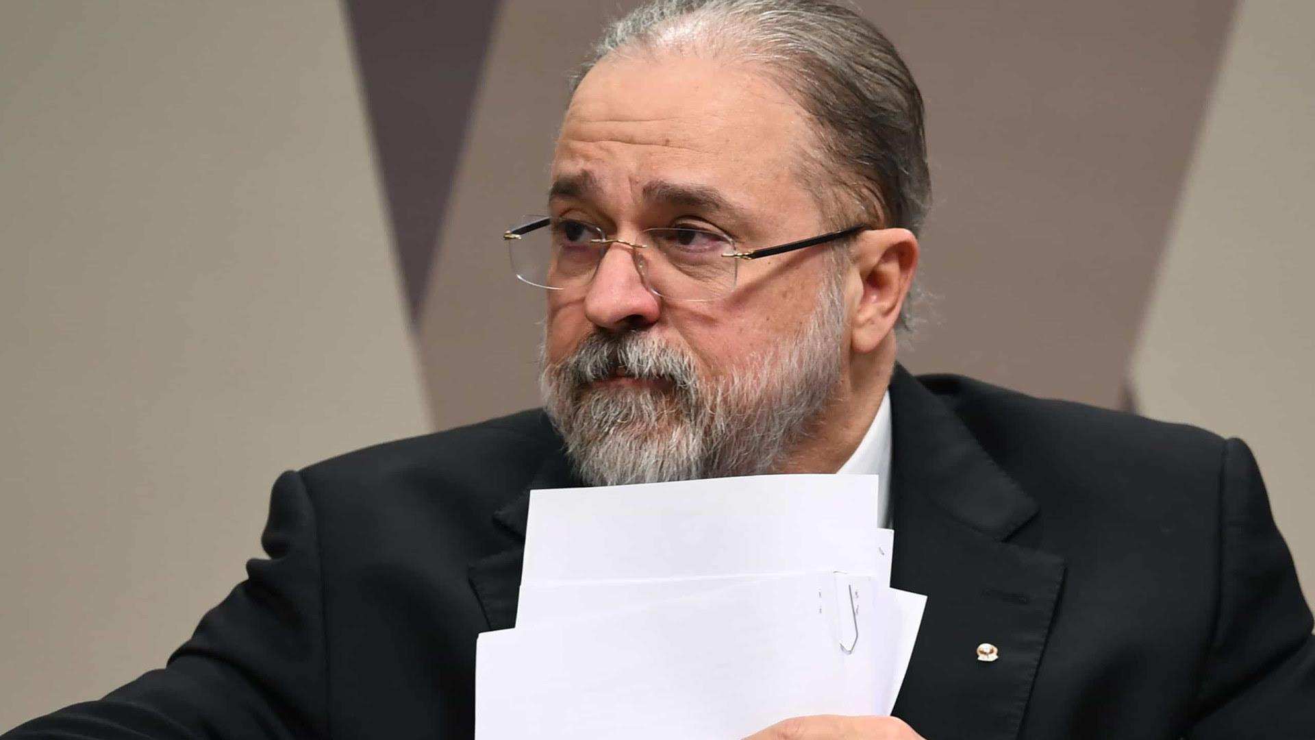 Aras pede para STF suspender MP das fake news editada por Bolsonaro