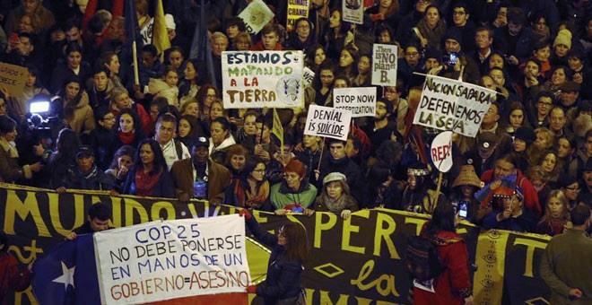 Miles de personas participan en la Marcha por el Clima en Madrid, que Greta Thunberg ha abandonado por motivos de seguridad. / EFE