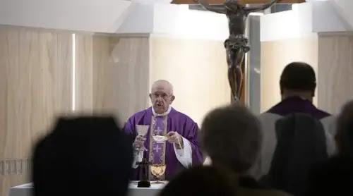 Uno puede saberse todos los dogmas, pero si no actúa como cristiano no sirve, dice el Papa