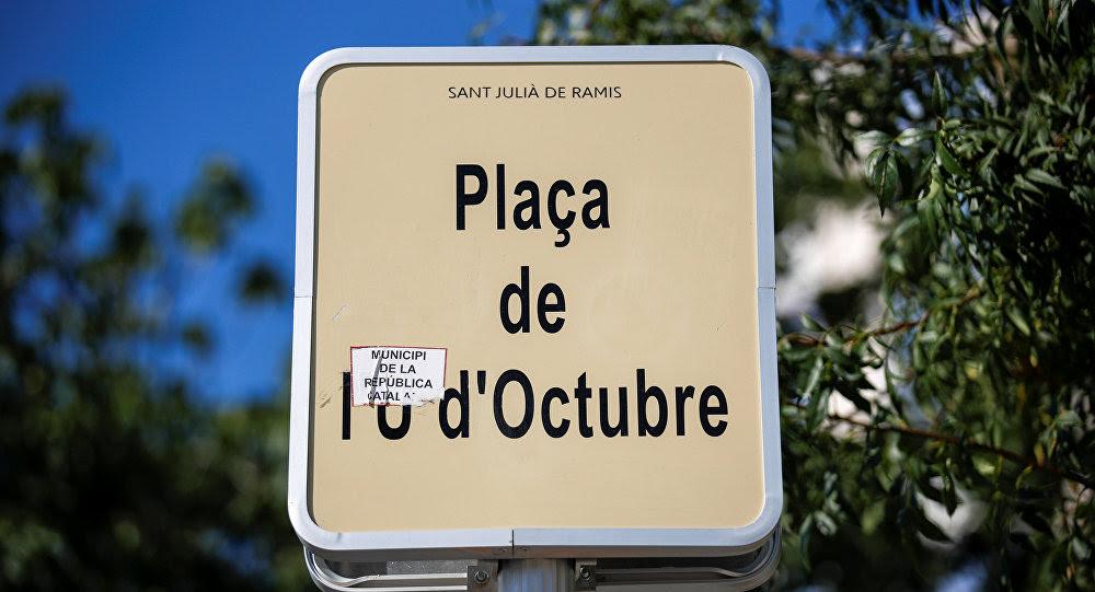 Una placa con el nombre de plaza, dedicado al 1 de Octubre