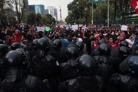 Granaderos encapsulan a los manifestantes. Foto: Miguel Dimayuga.