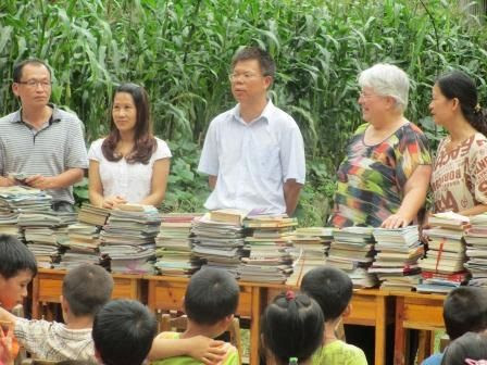 Principal Lan accepted the donated books from Minyi Primary School.