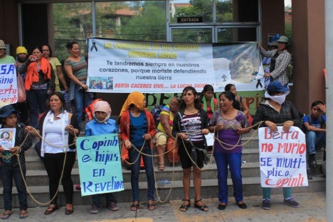 Mantas y consignas de Mujeres lencas exigiendo justicia en caso Bertha Cáceres desata represión de militares