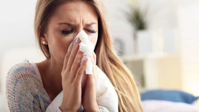Corrimento nasal é sintoma de Covid-19 ou de constipação? Entenda