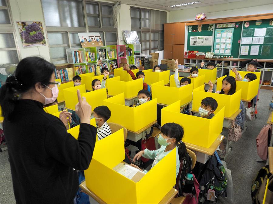 Una profesora imparte clase en un aula preparada para evitar el contagio del coronavirus en Taipei (Taiwán). EFE/ David Chang