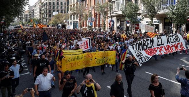 Manifestantes se manifiestan en Barcelona durante el primer aniversario del referéndum del 1-O. - REUTERS