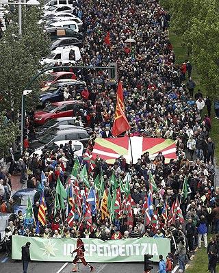 Miles de personas han reclamado hoy por las calles de Pamplona el derecho a decidir en la manifestación del Aberri Eguna.