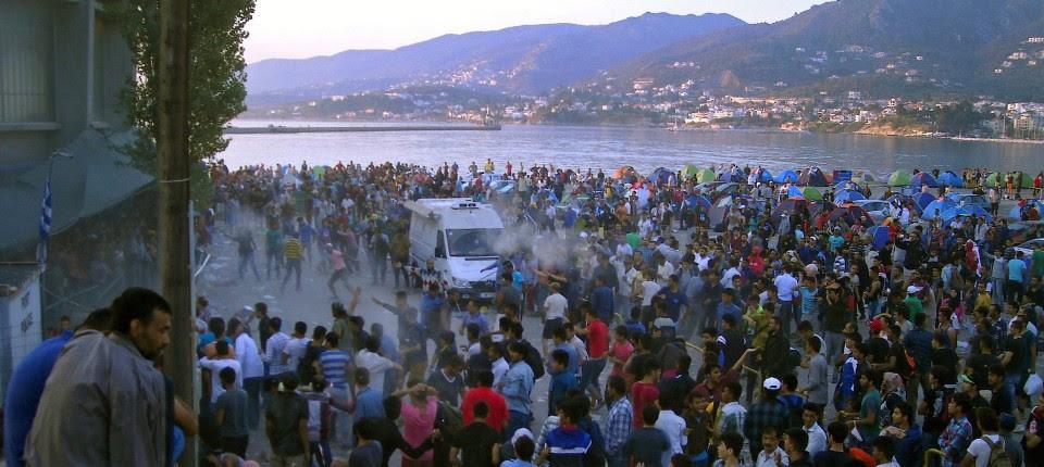 Migranten protestieren am 4. September 2015 im Hafen der griechischen Insel Lesbos.