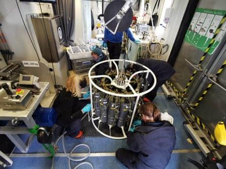 Des scientifiques au travail sur la croisière d'essai         Electra 1, avant l'expédition Akademik Keldysh.