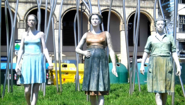 Ondarroako Neskatilla - Bronze Sculpture by Casto Solano