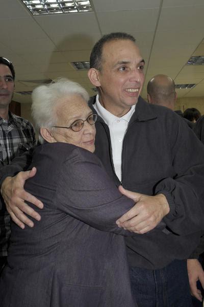 Nuestro héroe Antonio Guerrero (D)), con su madre Mirta(I), a su arrivo a la patría, en La Habana, el 17 de diciembre de 2014.    AIN  FOTO/ Estudios Revolución