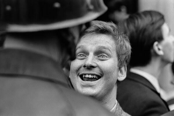 3 de mayo de 1968, París, Francia. Daniel Cohn-Bendi rodeado por policías frente a la Sorbonne. (© Jacques Haillot/Apis/Sygma/Corbis)