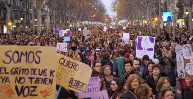 Una imatge de la manifestació de la tarda del 8-M a Barcelona. JOEL KASHILA.