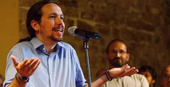 El secretario general de Podemos, Pablo Iglesias, durante su intervención en el acto de presentación hoy en Barcelona del acuerdo de Podemos Cataluña con ICV y EUiA para las elecciones generales. En esta presentación, Iglesias se ha comprometido a encont