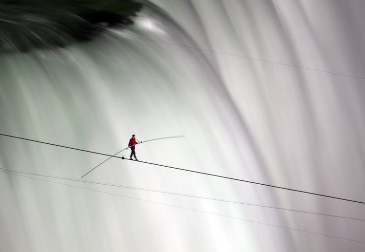Nik Wallenda walks over Niagara Falls on a tightrope. (AP/The Canadian Press, Frank Gunn)</p>